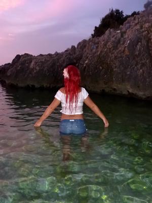 Rothhaarige Frau Im Wasser