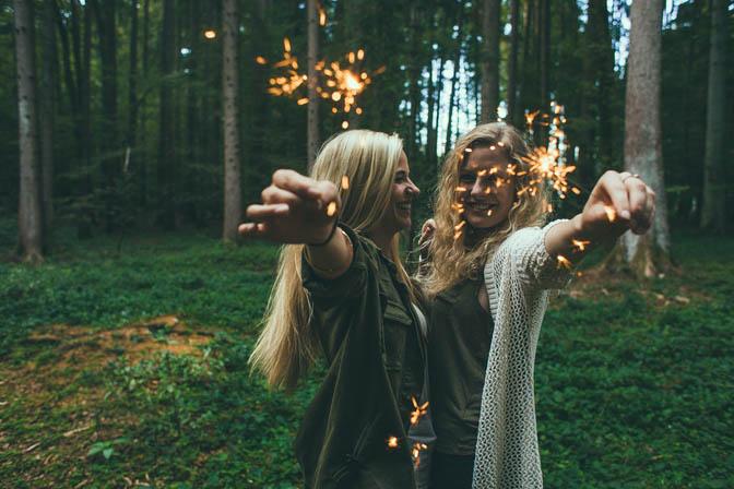 Freundinnen Frauen Wald