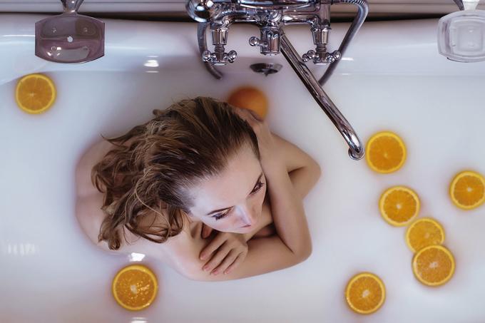milchbad orange badewanne frau